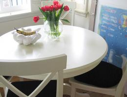 Kitchen seating at a round table